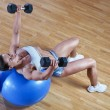 Athletic trainer shows examples of exercises in the gym — Stock Photo
