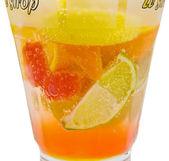 Lahodné osvěžující koktejl s plátky pomeranče, jahodo — Stock fotografie