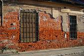 Façade d'une très vieille maison en ruine — Photo