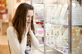 Donna sta scegliendo jewerly — Foto Stock