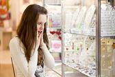 Kvinnan är att välja smycken — Stockfoto