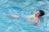 Boy learning to swim — Stockfoto