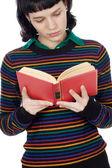Attraktiv tjej läser — Stockfoto