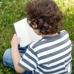Kind ein Buch zu lesen — Stockfoto