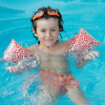 Boy learning to swim — Stock Photo #9433287