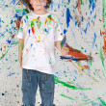 Мальчик играет с росписью — Стоковое фото #9433572