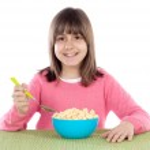 ragazza mangiando cereali — Foto Stock