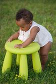 Barn leker med stol — Stockfoto