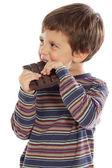 ребенок ест шоколад — Стоковое фото