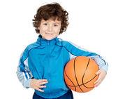 Adorável criança jogando a bola de basquete — Foto Stock