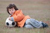 Ребенок играл с футбольным мячом — Стоковое фото