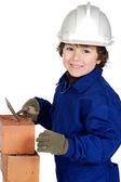 Constructor de niño haciendo una pared de ladrillos — Foto de Stock