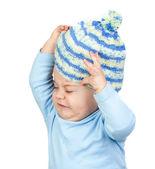 Arg bebis tar bort en ull mössa — Stockfoto