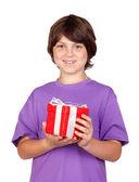 Jongen met een geschenk — Stockfoto