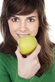 Meisje eten van een appel — Stockfoto