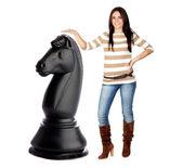 Piękna brunetka dziewczynka i rycerz wielki szachista — Zdjęcie stockowe