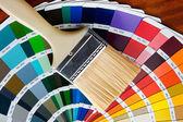 Pensel med kort av färger — Stockfoto