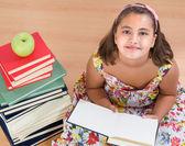 блеск девушка чтения — Стоковое фото