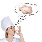 Atraktivní šéfkuchař dívka zvažuje vaření chutné kuře — Stock fotografie