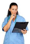 Doctor feliz mujer con el pensamiento de portapapeles — Foto de Stock