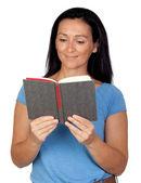 брюнетка женщина, читая книгу — Стоковое фото