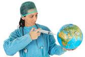 魅力的な女性医者病気の世界を治す — ストック写真