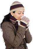 Atrakcyjny dama chronionej na zimę do picia filiżankę herbaty — Zdjęcie stockowe