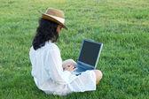Kobieta z komputera — Zdjęcie stockowe
