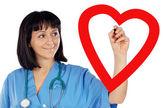 Médica cardiologista, desenho de um coração — Foto Stock