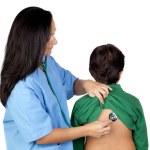 barnläkare kvinnan att göra en checkup för barn — Stockfoto