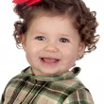 赤いループと面白い赤ちゃん女の子 — ストック写真