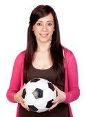 Hermosa chica morena con balón de fútbol — Foto de Stock