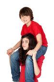 девочка-подросток с мальчиком на ее плечи — Стоковое фото
