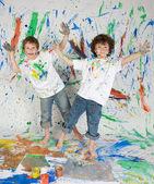 два окрашенных и веселые мальчики — Стоковое фото