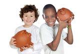 Dvě šťastné děti s pokladnička úspory — Stock fotografie