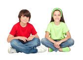 пара детей сидя — Стоковое фото