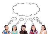 Grupo de cinco crianças pensando — Foto Stock
