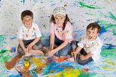 Barn som leker med målning — Stockfoto