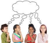 Groupe multiethnique d'enfants pensant — Photo