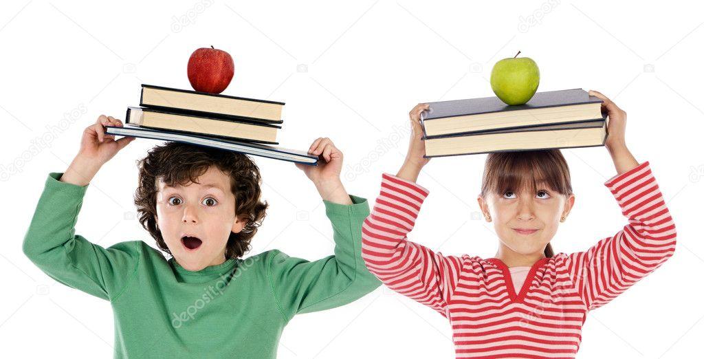 可爱的孩子,有很多书籍和头上的苹果