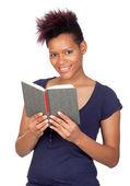 Exotische afrikaanse meisje het lezen van een boek — Stockfoto