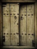 Imagen cercana de puertas antiguas — Foto de Stock