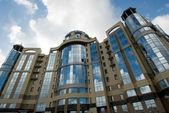 Edificio moderno sobre fondo de cielo azul — Foto de Stock