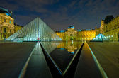 Louvremuseum at nacht, parijs, frankrijk — Stockfoto