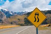 śliskie gdy mokry znak drogowy ostrzegawczy — Zdjęcie stockowe