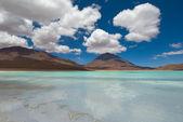 Berg, reflektiert in den see, laguna verde, bolivien — Stockfoto