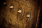 Imagen cercana de puertas antiguas, enfoque muy superficial — Foto de Stock