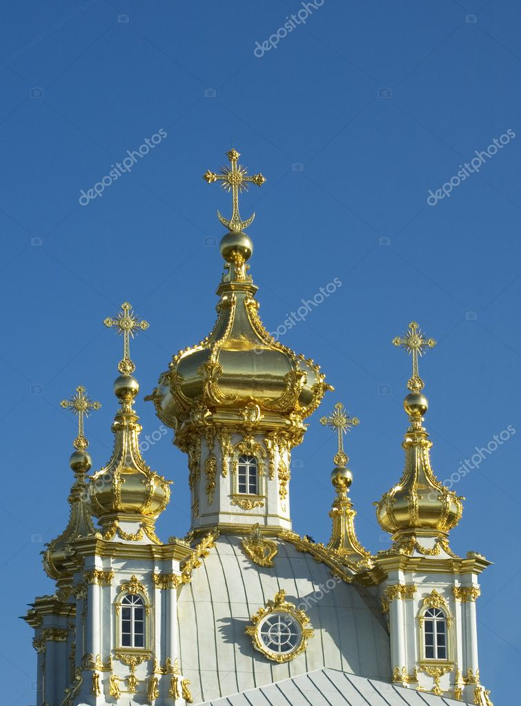 Golden cupolas of russian church, Petrodvorets, Saint Petersburg — Stock Photo #9631534