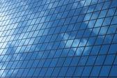 Niebo odbicia w windows budynku biurowego — Zdjęcie stockowe
