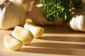 Garlic vegetable on cutting board — Stock Photo